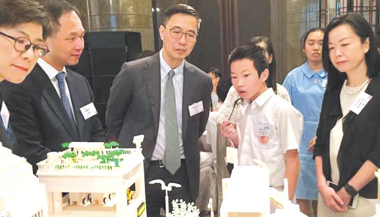STEM Team成員參加中電校園工程師——「智慧城市」計劃, 向楊局長介紹設計構思。
