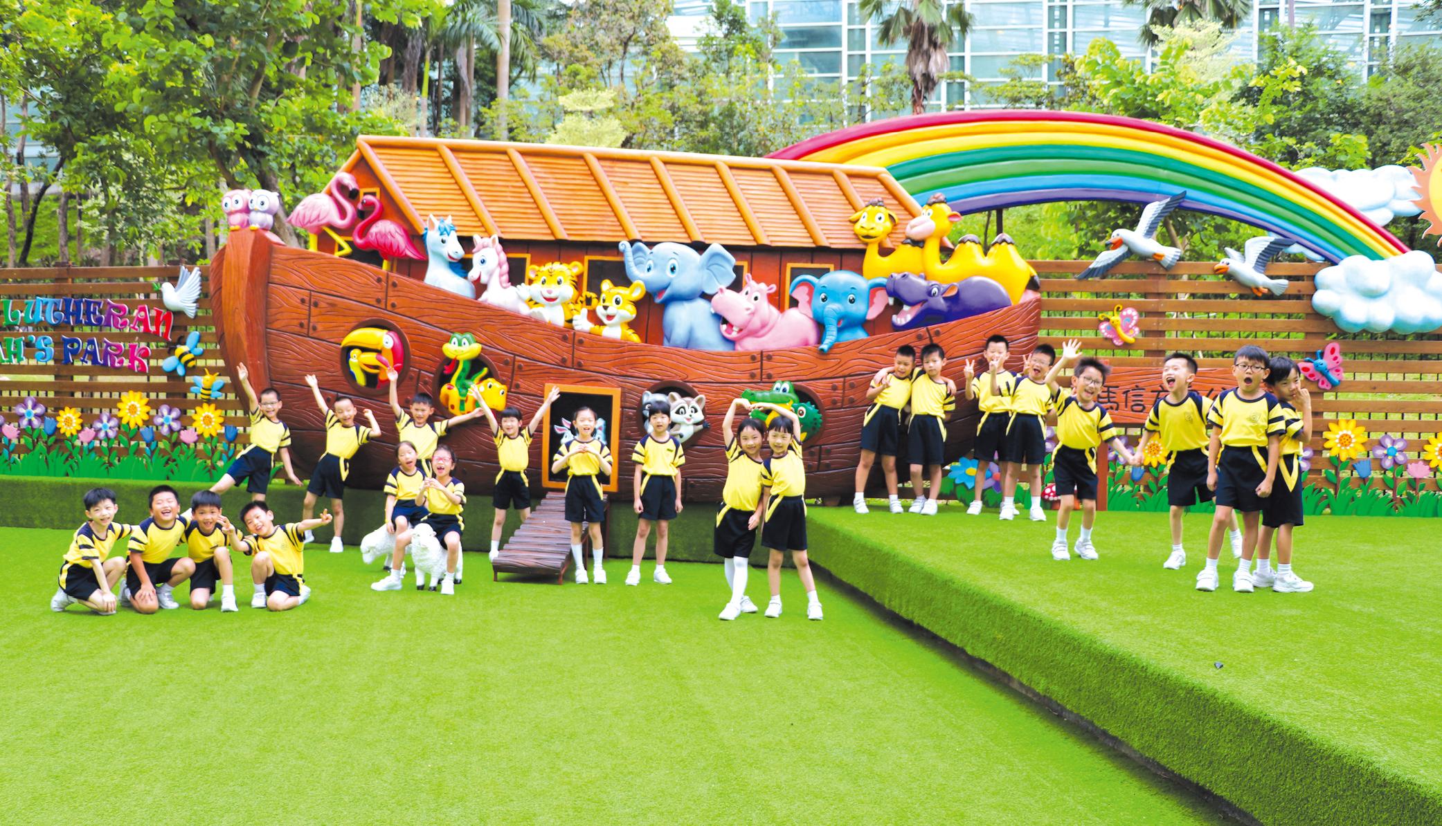 教育傳媒:公園內的地面鋪上綠油油的草皮,圍欄亦以綠葉花朵佈置,又配以不同的動物座椅供學生休息及閱讀, 讓學生彷如置身大自然