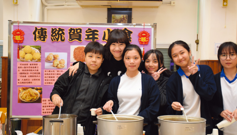 教育傳媒:師生一起準備賀年小食。