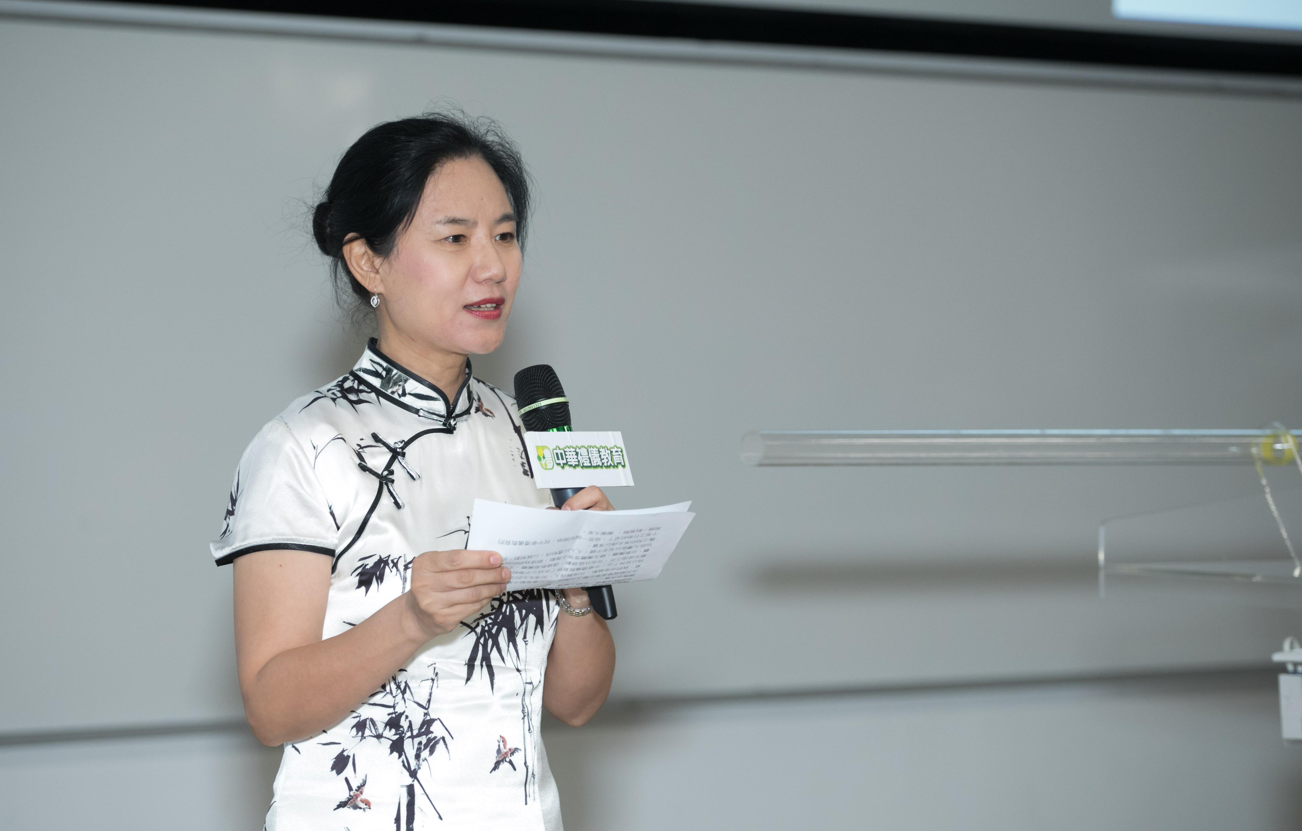 教育傳媒:馮燊均國學基金會秘書長鮑俊萍表示,通過教育、文化、宗教、婦女等團體一起推動中華禮儀教育。
