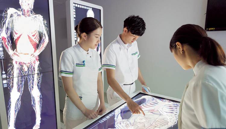 學院引入「數碼虛擬解剖系統」,學生可通過系統進行無限次及多層面的解剖,從不同角度加強了解人體構造。