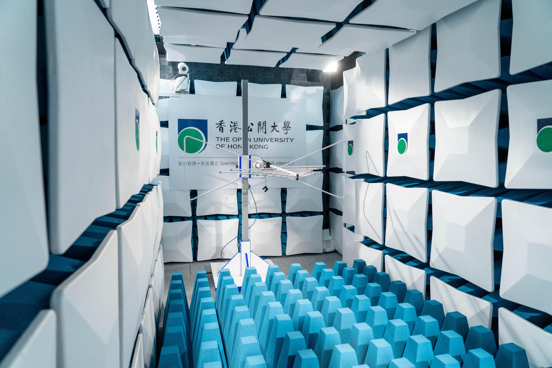 學院斥資逾500 萬建立「電磁波暗室」,讓學生測試無線通訊和電子產品。