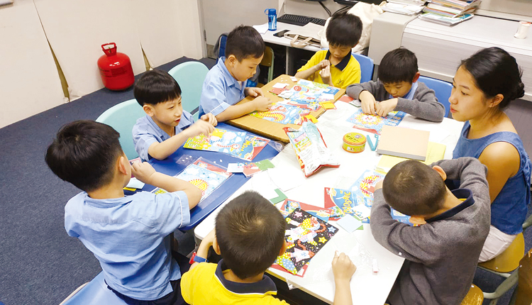 功課輔導班提升學習效益,關顧家長的需要。