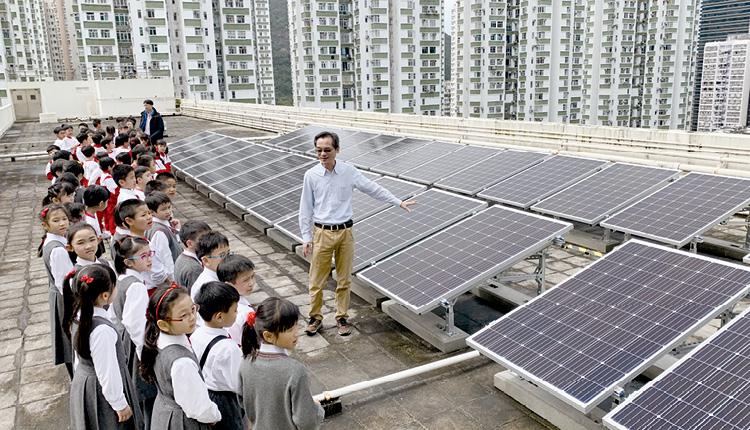 學生實地觀察學校的太陽能光伏板。