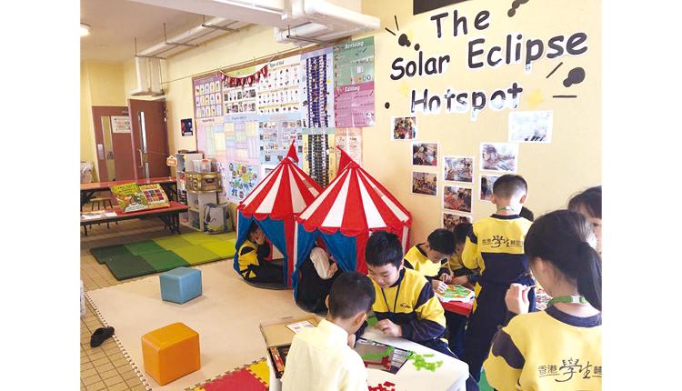 學生投入參與英文學習延展區的 趣味遊戲。