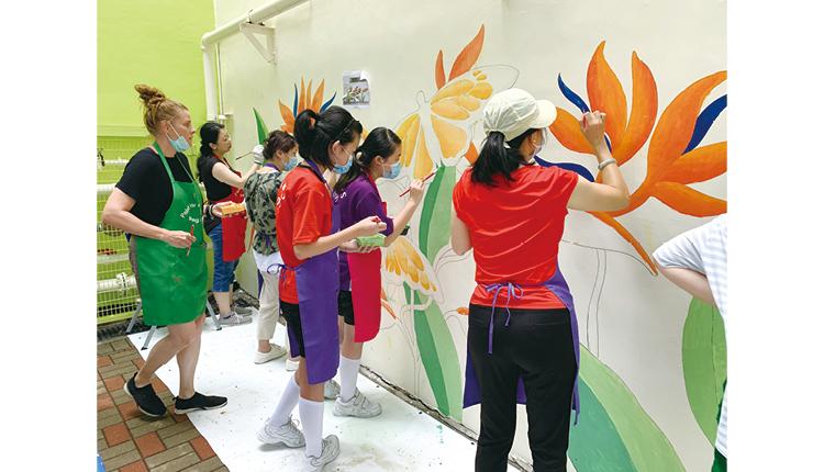 芬蘭畫家 Riitta 帶領老師、家長及學生在校園一起進行 「油出美麗香港」壁畫活動。