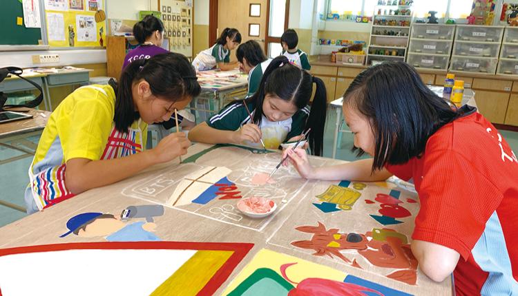 同學們要互相合作才可以完成這塊大型畫作呢!