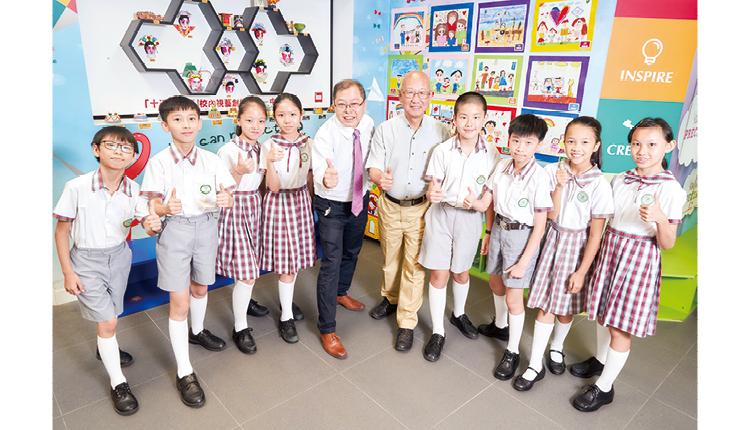 黃健榮校監 ( 右五 ) 及鄭志明校長 ( 右六 ) 帶領學生開拓國際視野。