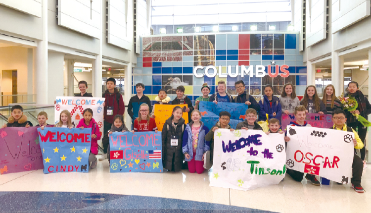 同學抵達美國機場後,即受到入住的學生家庭熱烈歡迎了。