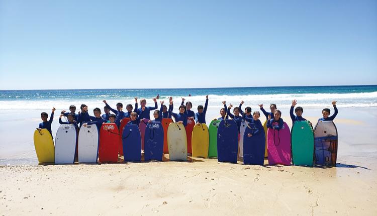 ▼在澳洲姊妹學校的安排下, 同學們可以參與衝浪這種海 上活動,真是十分難得。