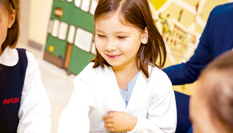 校園氣氛關愛溫馨,學生喜愛上學。
