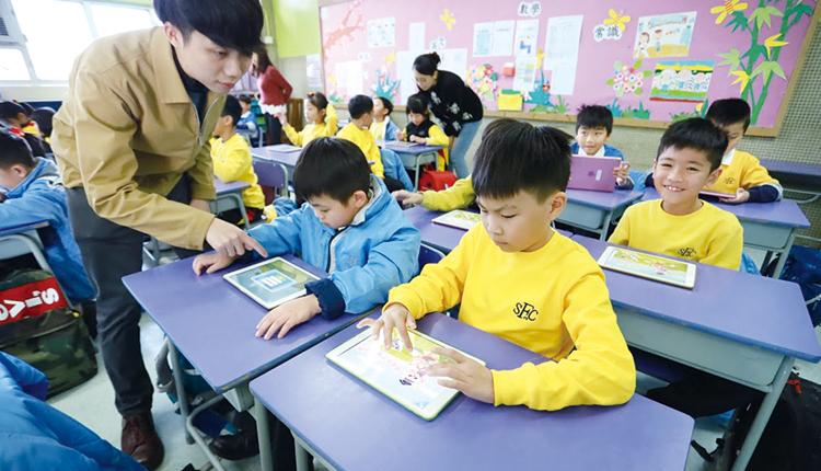 採用平板電腦,有利學生在校園每個角落都可以利用電子資源學習。