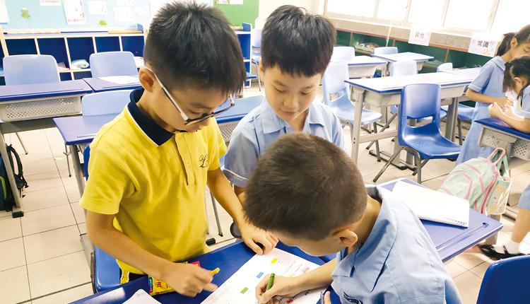 分流教學,拔尖補底,因應學生條件而作針對性指導教學,照 顧每一名學生的學習需要,成績得以提升。