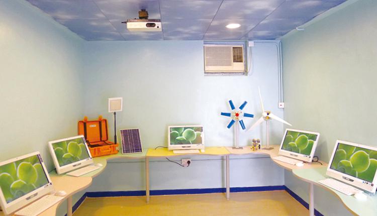 採用綠色能源裝置,發展綠色校園,更設立專門教室,向學生進行綠能教育。