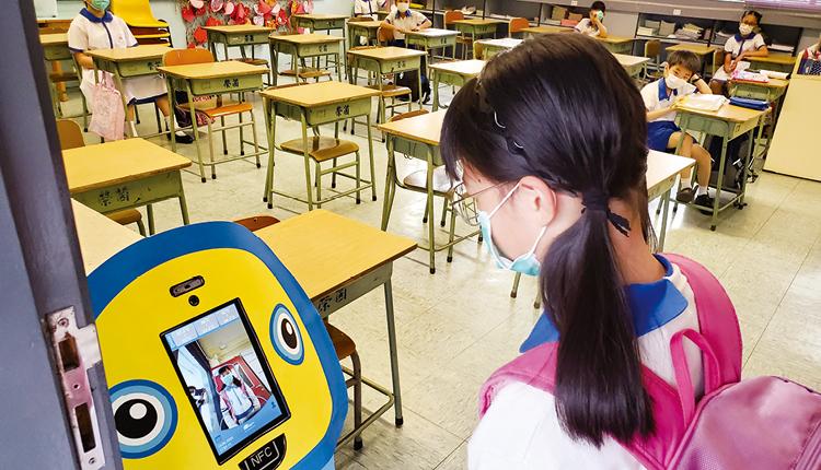 智能測溫機械人監測學生的體溫,減低疫症傳播的機會。