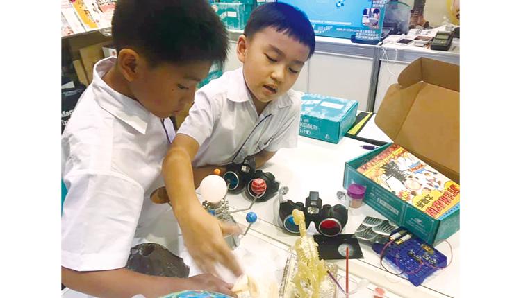 於 2019 年書展設立攤位,展示學生的 STEM 作品。