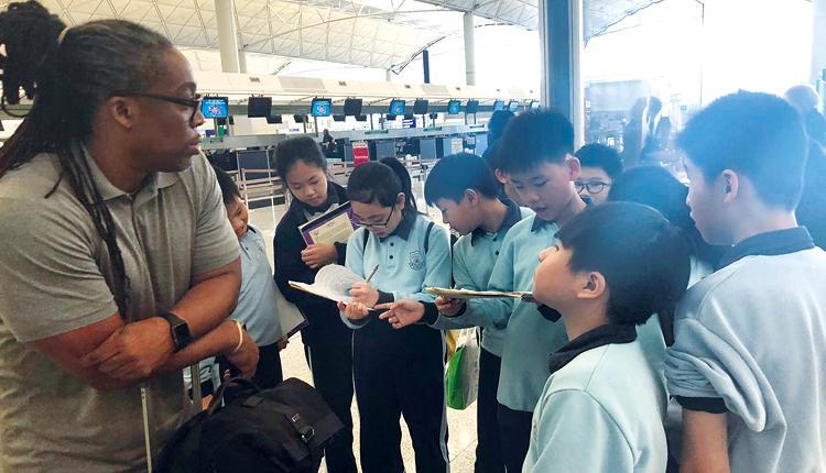 學校舉辦不少英語學習活動,例如到機場訪問外籍旅客。