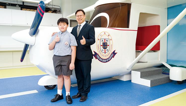 梁諾晞同學 ( 右 ) 獲選為東華三院傑出學生,代表鄧小專 注培育學生的成果,提供機會讓學生一飛沖天。