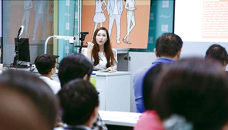 英文科老師Samantha向家長和學生演講,教授閱讀理解答題技巧。