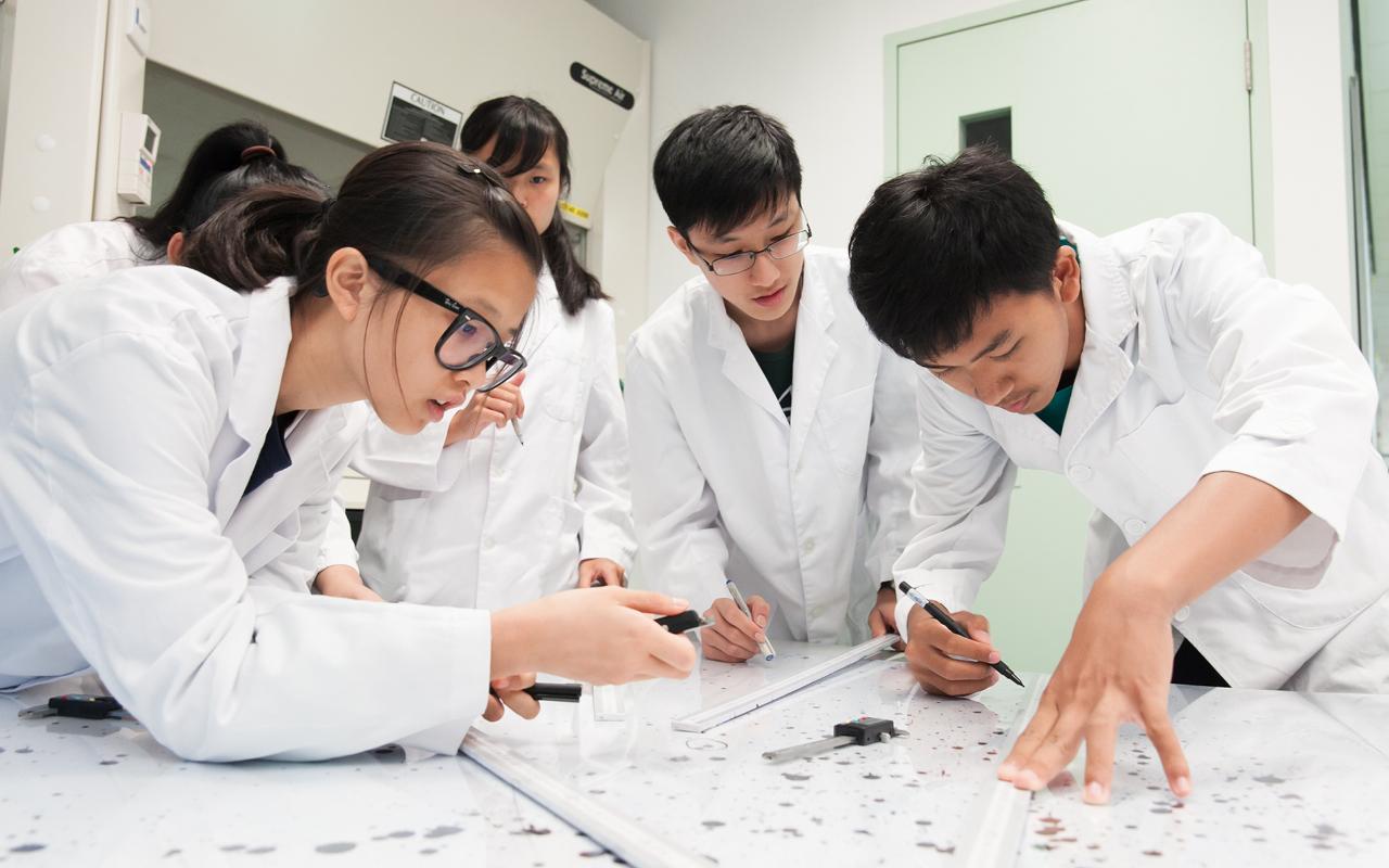 課程安排學生在模擬案發現場學習血濺分析等搜證技巧。林教授解釋:「過往布置模擬案發現場時,我們不能真的在課室的地毯及牆壁上濺上血液,引入VR技術望能有所突破,令模擬現場更逼真。」