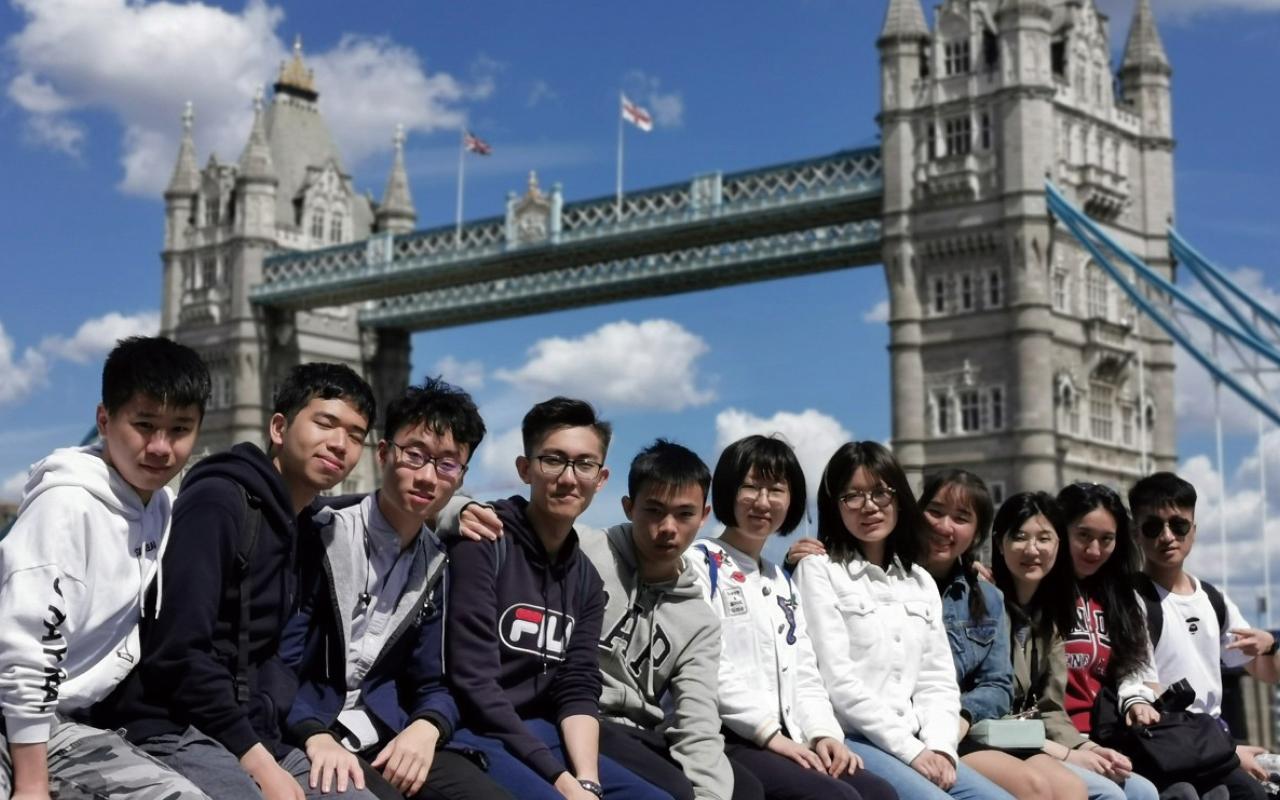 學生到英國交流期間,除英語課程外,更會完成社會服務,參觀企業和文化古蹟等。